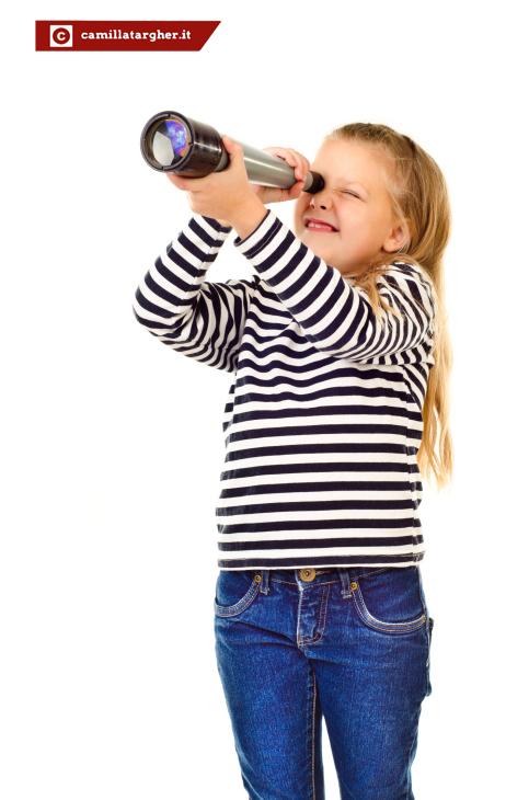 bambina con telescopio